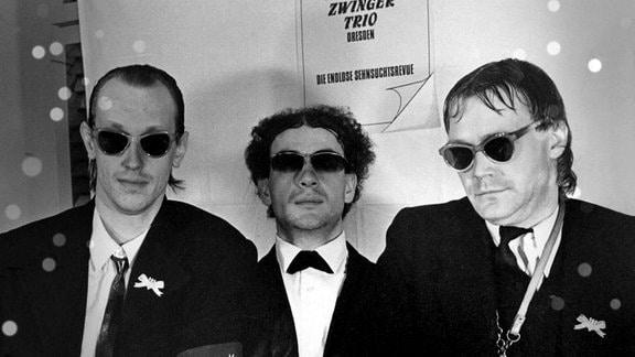 So fing es 1982 an: Peter Kube, Tom Pauls und Jürgen Haase - drei Schauspielstudenten formierten sich zum Zwingertrio, um auf einer Party als lustiges Salon-Ensemble die langbeinigen Tänzerinnen von der Semperoper zu unterhalten und zu erobern.