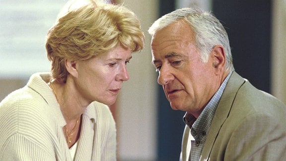 """Arthur (Peter Bongartz) kehrt von seinem """"Liebeswochenende"""" nach Wien zurück und erfährt im Krankenhaus von seiner Frau Julia (Christiane Hörbiger) von der Katastrophe."""