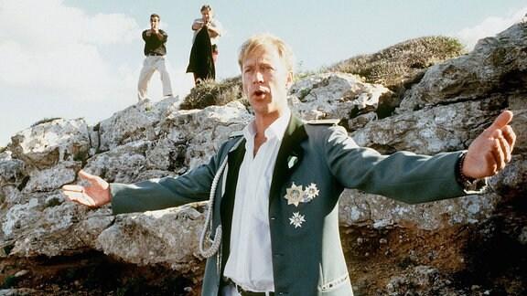 Um Siggis Verfolger abzulenken, mimt Kalle (Oliver Stritzel) den großen Sänger auf der Klippe.