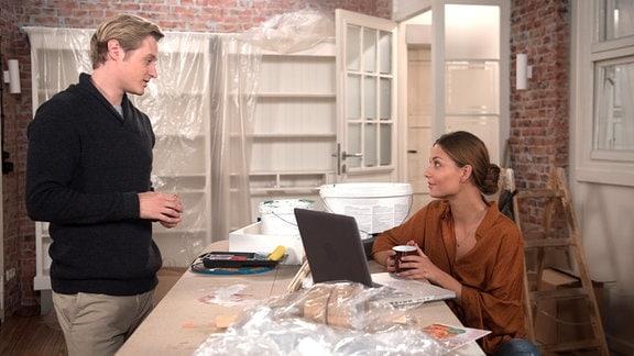 Laurenz (Julian Brodacz, l.) lässt Leonie (Lena Meckel, r.) voller Vertrauen freie Hand, solange sie sich an ihre Kalkulation hält.