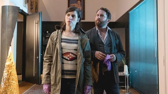 Die Kriminalhauptkommissare Kira Dorn (Nora Tschirner) und Lessing (Christian Ulmen) am Tatort.