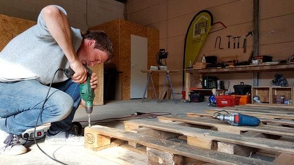 Noch ist Sven Lüdecke bei jedem Hausbau selbst dabei und packt mit an.