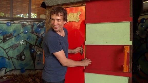"""Sven Lüdecke baut mit seinem Verein """"little home"""" Wohnboxen für Obdachlose."""