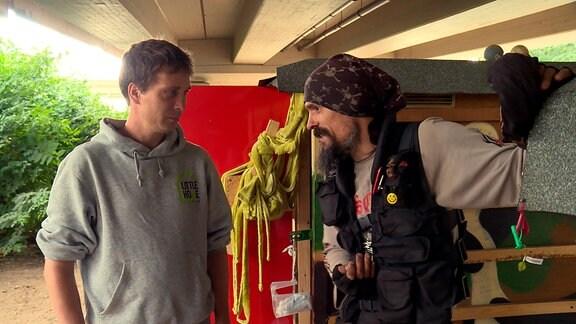 Sven Lüdecke (l) im Gespräch mit einem Obdachlosen. Die Häuser werden den Obdachlosen geschenkt. Danach trägt der Beschenkte die Verantwortung dafür.