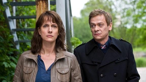 Brasch (Claudia Michelsen) und Drexler (Sylvester Groth) beobachten die Geburtstagsfeier von Andi (Vincent Redetzki).