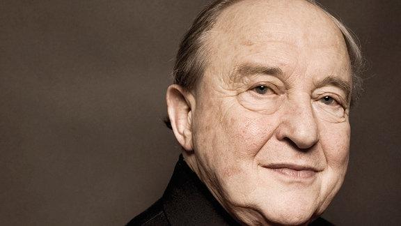 """Er war das Herz und die Konstante des weltweit gefeierten """"Beaux Arts Trios"""", das über 50 Jahre lang Maßstäbe für die Kammermusik setzte. 2008 löste sich das Trio auf, und Menahem Pressler begann mit 85 Jahren eine Solokarriere. """"Ein Wunder"""" sagt Menahem Pressler selbst."""