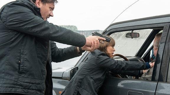 Die Kommissare (Charly Hübner, Anneke Kim Sarnau) mit einem möglichen Verdächtigen.
