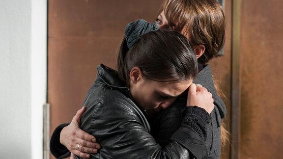 Pastorin und Notfallseelsorgerin Judith (Claudia Michelsen) tröstet Leonie (Paula Knüpling, li.)