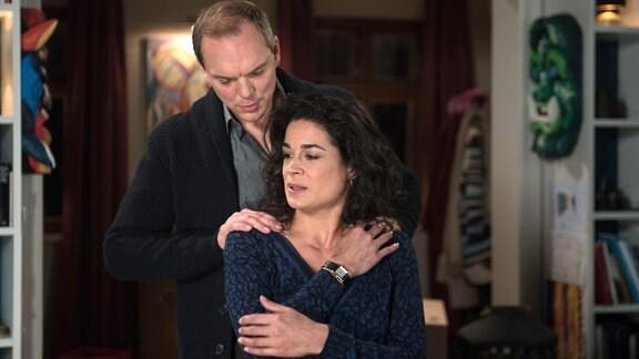Anne (Caroline Kiesewetter, r.) weist Matthias (Andi Gätjen, l.) zurück, als er die Nacht mit ihr verbringen will.