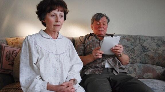 Wolfgang (Klaus Manchen, r.) liest seiner Frau Erika (Astrid Polak) täglich aus dem Bibelkalender vor.