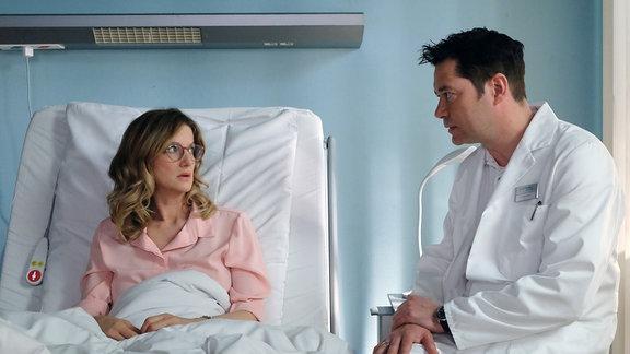 Dr. Philipp Brentano (Thomas Koch) hat die Ursache für Sabine Birkners (Elisabeth von Koch) gesundheitlichen Zustand gefunden.