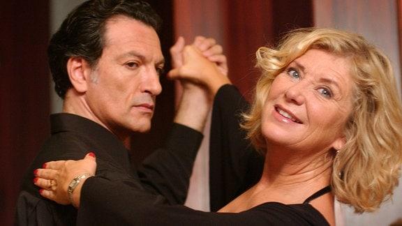 In den Armen des galanten Tanzlehrers Omero (Cosimo Fusco) findet Manuela (Jutta Speidel) zu neuer Lebensfreude.