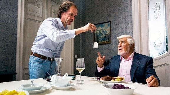 Während sich Olaf Schubert mehr für Sinnsprüche auf Teebeuteln als für Frauen interessiert, sorgt sich sein Vater (Mario Adorf) um den Fortbestand der Schubertschen Dynastie.