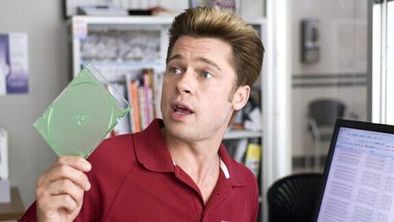 Chad Feldheimer (Brad Pitt) ist überzeugt, eine CR-Rom mit äußerst brisanten Daten in Händen zu halten.