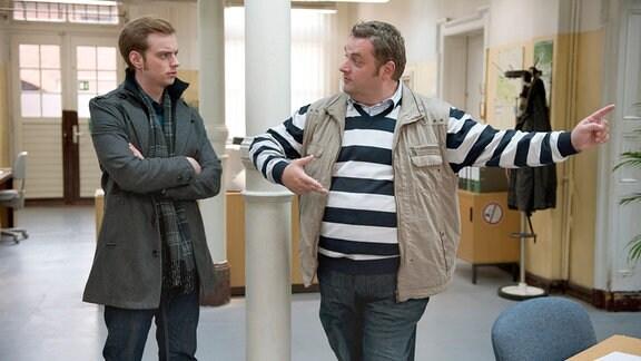 Jonas (Jan Niklas Berg, l.) nimmt Tanzstunden bei Ollie (Christoph Hagen Dittmann, r.). Er hat auf einer Online-Dating-Plattform ein Rendezvous für einen Tango-Abend vereinbart.