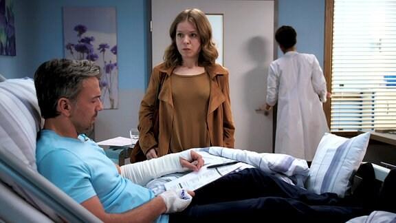 Solveig Schneider legt ihrem Mann Paul die Scheidungspapiere aufs Krankenbett.