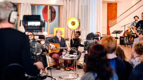 Mit Angelo Kelly & Family und der Berliner Sängerin Jaqee wird es voll auf der Couch im Haus Schminke.