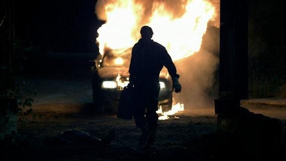 Ronny Berg Larsen (Per Kjerstad) hat soeben einen vierfachen Mord in der Kiesgrube begangen und versucht nun alle Spuren vom Tatort zu beseitigen.