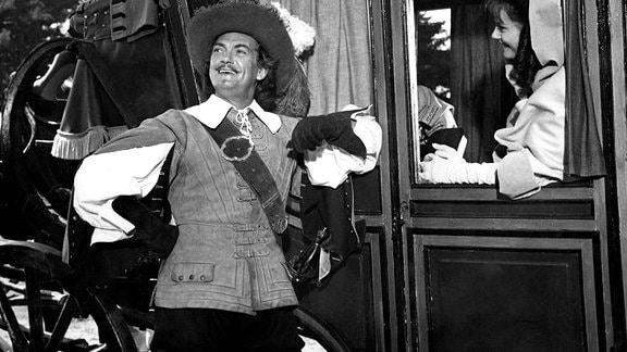 D'Artagnan (Jean Marais) will von der schönen Isabelle (Claudine Auger) wissen, wo sich der Mann mit der eisernen Maske befindet.