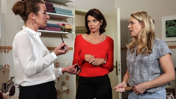 Carla (Maria Fuchs, l.) wird nachdenklich, als Britta (Jelena Mitschke, r.) ihr nahelegt, die Situation mit Gregor vor ihrer Abreise zu klären (mit Gerit Kling, M.).