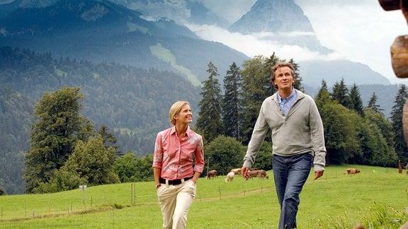 Karl (Timothy Peach) und seine Frau Christa (Valerie Niehaus) lernen das Landleben zu schätzen.