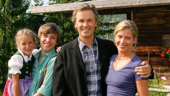 Karl (Timothy Peach) ist mit seiner Frau Christa (Valerie Niehaus) und seinen beiden Kindern Isi (Pauline Brede) und Heiko (Jannik Schürmann) in eine romantische Berghütte gezogen.