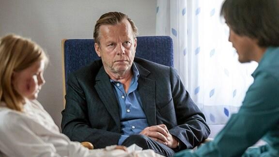 Kommissar Wallander (Krister Henriksson, Mitte) besucht die kleine Ella (Isabella Lindquist) im Krankenhaus. Er hofft, noch weitere Informationen zum Tathergang in Erfahrung bringen zu können.