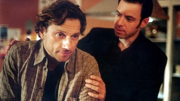 Rüdiger (Richy Müller, li.) wird von seinem schwulen Freund Susu (Felix Eitner) zu einem Blind Date überredet.