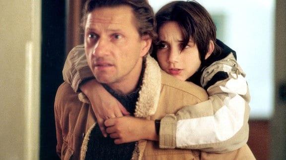 Rüdiger (Richy Müller) sucht verzweifelt einen Babysitter für seinen - vermeintlich - kranken Sohn Max (Stephan Dellgrün).