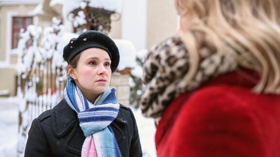 Romy (Désirée von Delft, l.) stellt Jessica (Isabell Ege, r.) aufgebracht zur Rede.