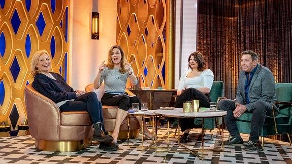 Moderatorin Katrin Bauerfeind (2.v.l.) mit ihren Gästen Maren Kroymann (l), Sophie Passmann (2.v.r) und Thomas Böttcher.