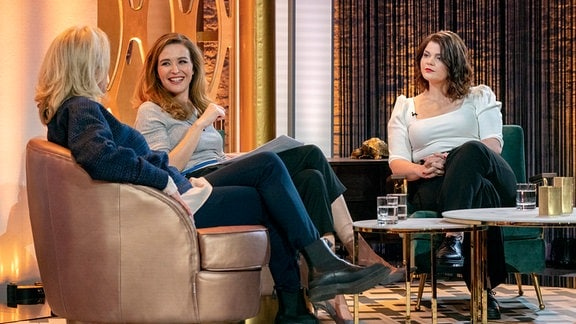 Moderatorin Katrin Bauerfeind (m) mit Maren Kroymann (l) und Sophie Passmann.