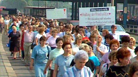 """Mai 90: Warnstreik der Beschäftigten von """"Goldpunkt"""", einer Schuhfabrik in Berlin. Es gibt Gerüchte: die Firma soll geschlossen werden."""