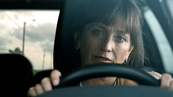 Helen (Anneke von der Lippe) fährt nach Oslo, um dort bei der Polizei ein Zeugenschutzprogramm für Henning anzufordern.