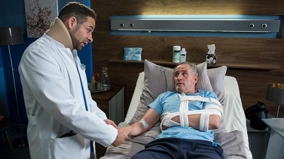Dr. Moreau lässt es sich nicht nehmen, seinen alten Bekannten, den Fahrzeugmechaniker Michael Schreiber selbst zu untersuchen, obwohl er gehandicapt ist.