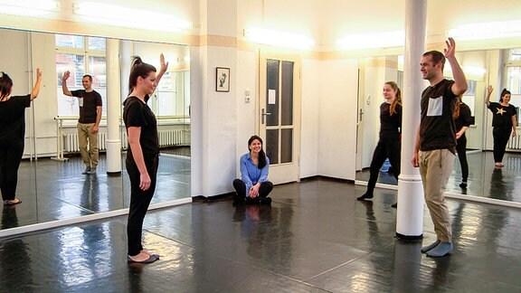 Menschen in einem Tanzsaal