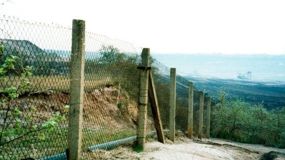 Die sogenannte Betriebsbegrenzungsanlage zwischen dem Ost- und Westbetrieb des Braunkohletagebaus ist ein einfacher Maschendrahtzaun.