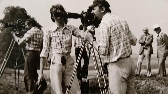 Ein halbes Dutzend Journalisten mit Kameras und Mikros filmt den Abbau der Grenzanlage.