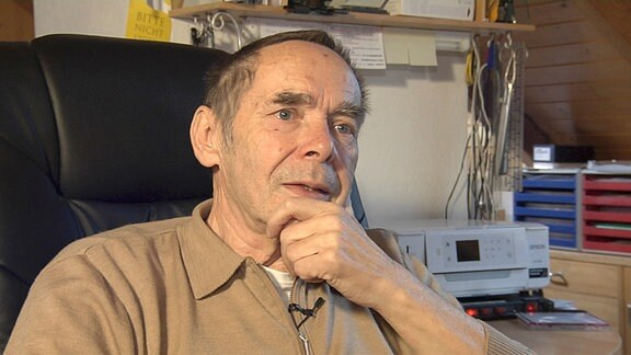 Reiner Orlowski, ehemaliger Direktor im VEB Braunkohlekombinat Harbke, ist ein älterer Herr, der für die Doku interviewt wird.