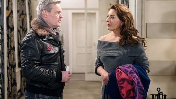 Frank (Axel Buchholz, l.) ist Yvonne (Julia Dahmen, r.) dankbar, dass sie ihn nach seinem Rauswurf bei Hilli liebevoll umsorgt.