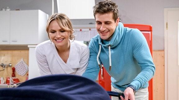 Jessica (Isabell Ege, l.) versucht Paul (Sandro Kirtzel, r.) auszutricksen.