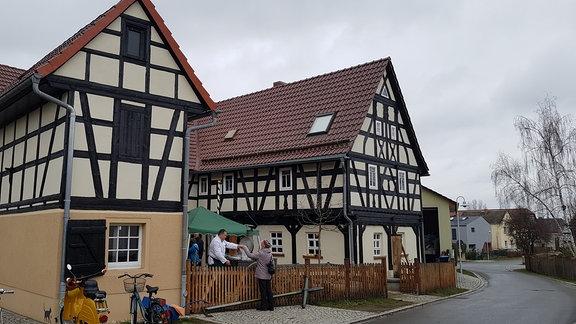 """Die """"Schwalbe"""" ist ein großes, altes Fachwerkhaus mit rotem Dach."""
