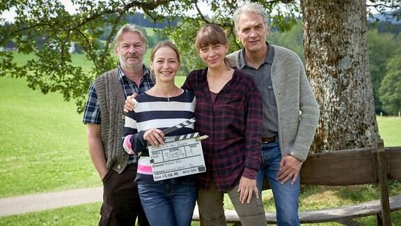 Von links nach rechts: Max Herbrechter (Rolle Lorenz Huber), Catherine Bode (Rolle Marie Huber), Theresa Scholze (Rolle Lisa Huber) und Walter Sittler (Rolle Sebastian Leitner).