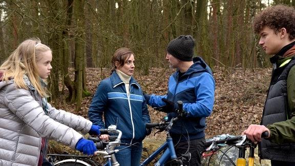 Marit (Maja Schöne) muss wegen ihrer Schwangerschaft beim Fahrradausflug mit Jonas (Benno Fürmann) und ihren Kindern Luis (Max Boekhoff) und Selma (Maria Matschke) kürzertreten.