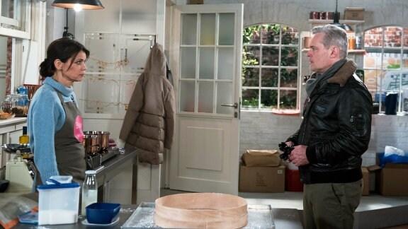 Hilli (Gerit Kling, l.) erfährt fassungslos, dass Frank (Axel Buchholz, r.) Yvonnes Geschäft finanziert.