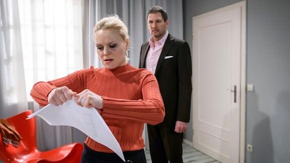 Christoph (Dieter Bach, r.) versucht die aufgebrachte Annabelle (Jenny Löffler, l.) zu beruhigen.