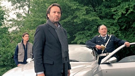 Commissario Brunetti (Uwe Kockisch, Mitte) besucht mit Sergente Vianello (Karl Fischer, re.) und seinem Sohn Raffi (Patrick Diemling) das Landhaus eines Verdächtigen.