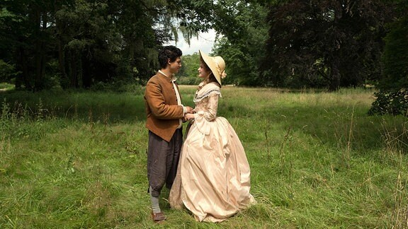 Prinzessin Victoria von Siebenlande (Jeanne Goursaud) und der Schweinehirt (Emilio Sakraya) kommen sich näher.