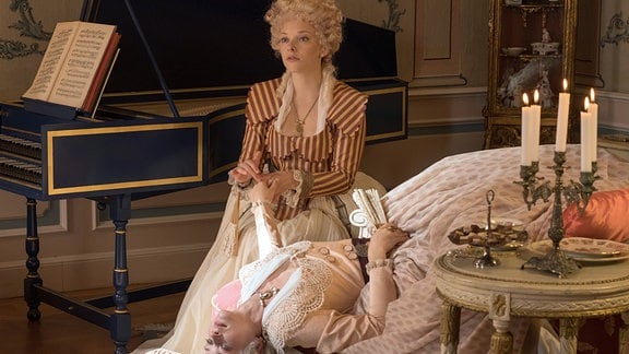 Die Hofdamen Mine (Judith Neumann) und Tine (Lisa Hrdina) bei ihrer Lieblingsbeschäftigung.