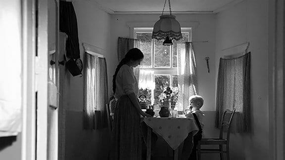 Der kleine Vanja (Georg Arms) will seine Mutter (Elena Zytenjova) vor den Besatzern der Wehrmacht schützen.